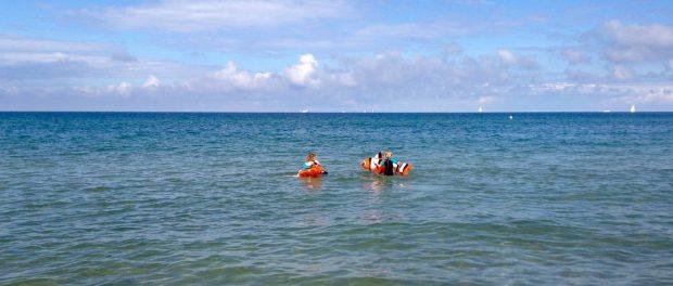 Kinder baden in der Ostsee